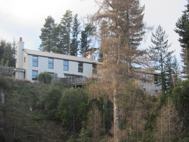 A picture of a house overlooking Lake Wakatipu in Queenstown, New Zealand.