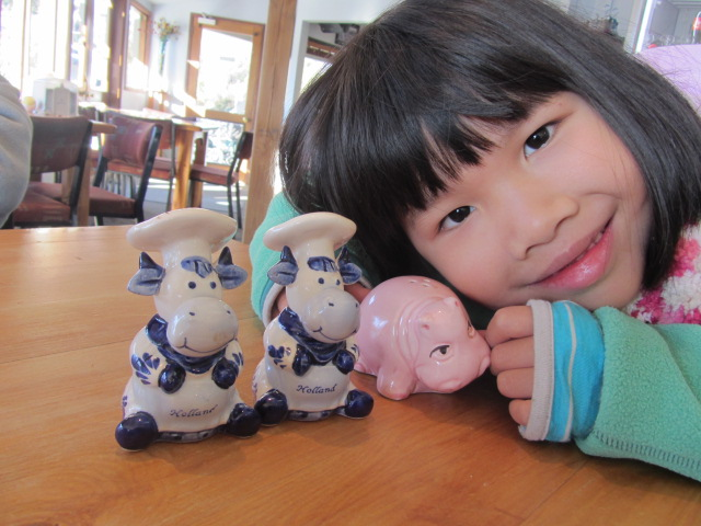 A picture of Amanda with the kitsch salt and pepper shakers at Foxy's Cafe in Glenorchy, Queenstown, New Zealand.
