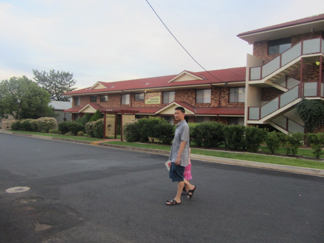 HRH crossing the road in front of our motel in Dubbo, New South Wales.